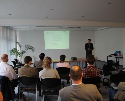 mi-marketing Projektleiter Markus Schumann präsentiert Methoden des Onlinemarketings